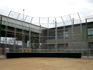 学校校庭周辺の防球ネットや、グランド施設のバックネット