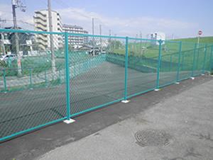 河川への転落防止フェンス設置施工、管理地周囲の立入防止フェンス