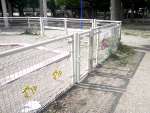 公園周囲の立入防止フェンスやサッカーボール等が飛び出るのを防ぐ防球ネット